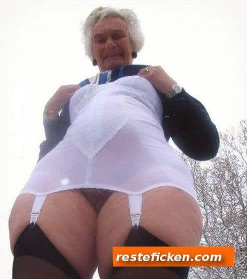 Notgeile Oma braucht dringend einen Fick
