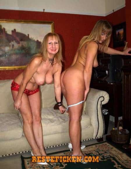 Mutter und Tochter stehen auf AO Sex